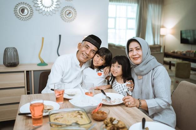Aziatische grootouders en kleinkinderen genieten van hun tijd samen lachend