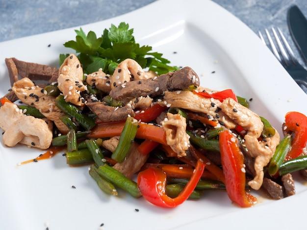 Aziatische hete teriyaki schotel met rundvlees kip peper bonen