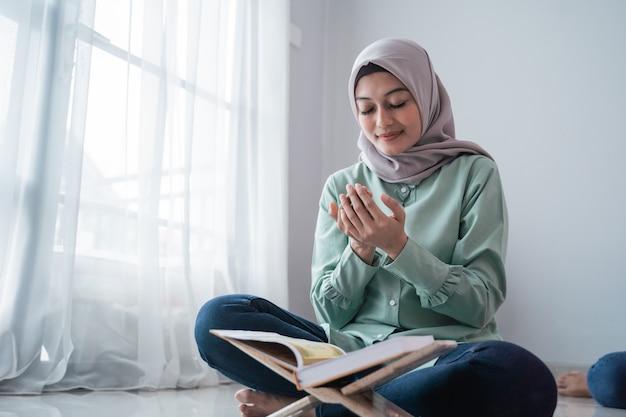Aziatische hijab jonge vrouwen bidden