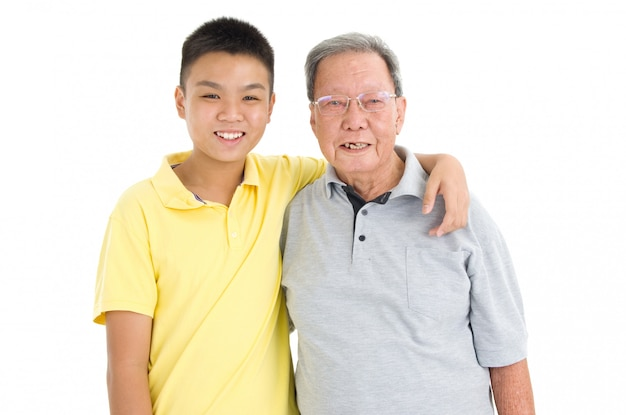 Aziatische hogere mens met kleinkind