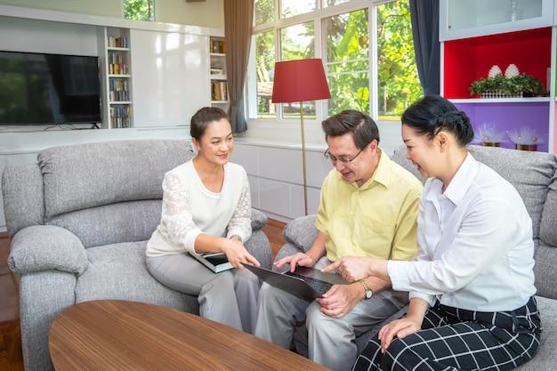 Aziatische hogere mensen, grote ouders die digitale tablet in het huis, gelukkige familie gebruiken die technologieconcept gebruiken