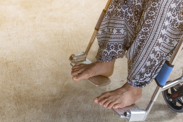 Aziatische hogere of bejaarde oude dame van de damevrouw op zo droevige rolstoel thuis