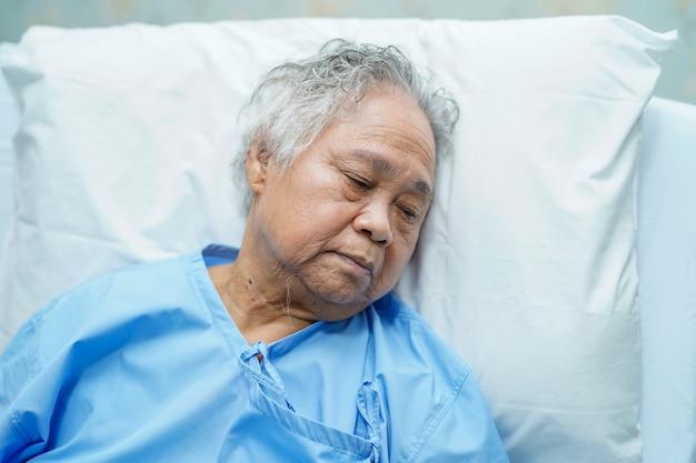 Aziatische hogere of bejaarde oude geduldige glimlach van de damevrouw