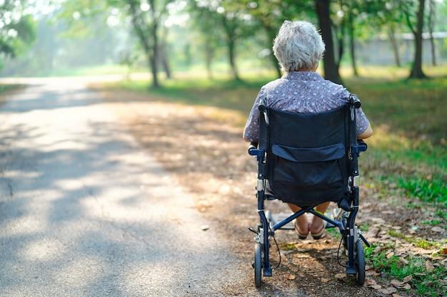 Aziatische hogere of oudere oude dame in park.