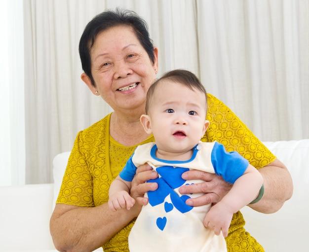 Aziatische hogere vrouw met kleinkind