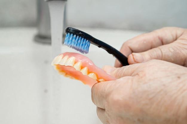 Aziatische hogere vrouwen schone tandenborstel.