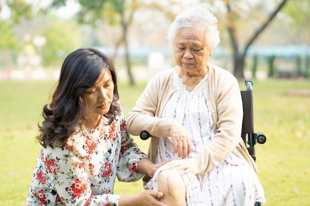 Aziatische hogere vrouwenpatiënt op rolstoel in park