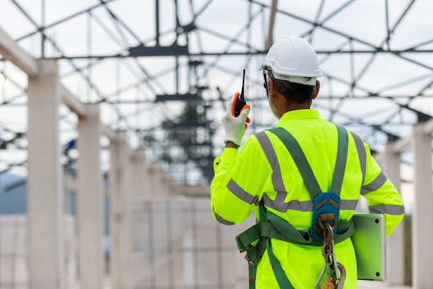 Aziatische ingenieur-technicus kijken naar constructiecontrole bij de constructie van dakconstructies op constructie