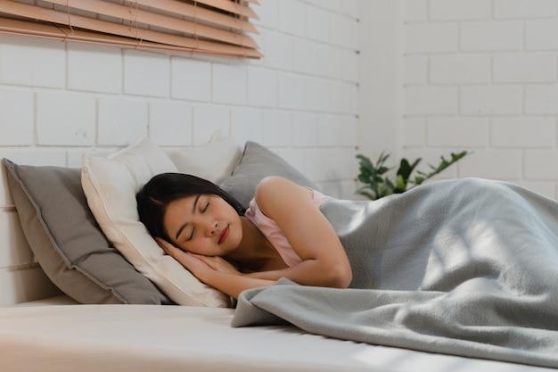 Aziatische japanse vrouwenslaap thuis.