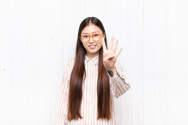 Aziatische jonge en vrouw die vriendelijk geïsoleerd glimlacht kijkt