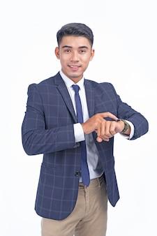Aziatische jonge knappe bedrijfsmens met slim horloge