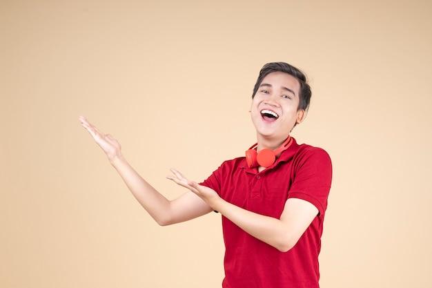 Aziatische jonge knappe en vrolijke mannelijke student met handgebaar