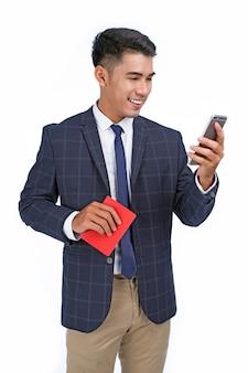 Aziatische jonge knappe vrolijke zakenman houd paspoort en vliegticket