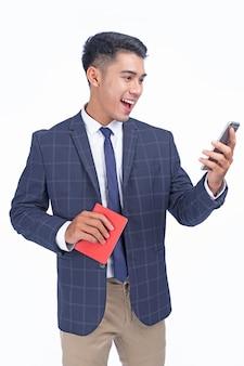 Aziatische jonge knappe zakenman met paspoort en slimme telefoon