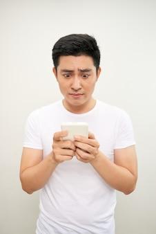 Aziatische jonge man gebruik van de mobiele telefoon