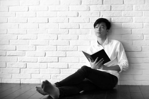 Aziatische jonge man student met boeken in handen