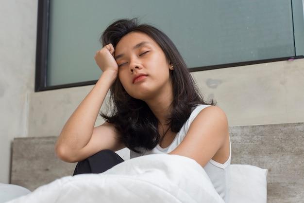 Aziatische jonge mooie vrouwen zien er thuis verdrietig en eenzaam uit
