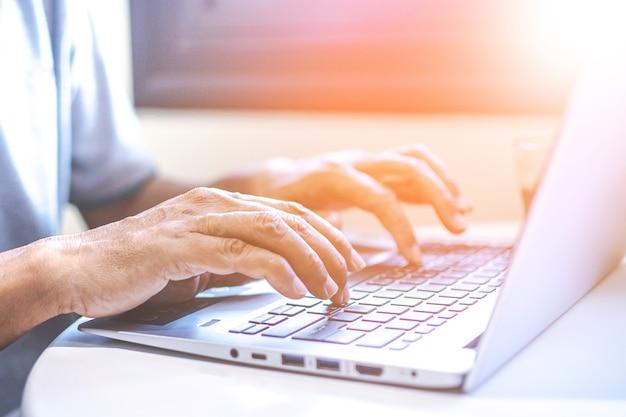 Aziatische jonge onderneemster die aan haar laptop werkt. digitale economie.
