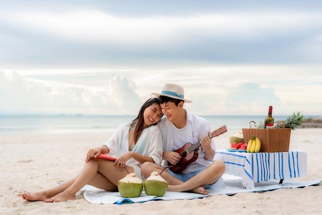 Aziatische jonge paar op het strand