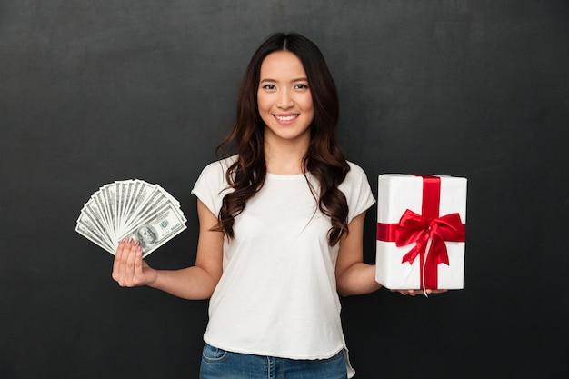 Aziatische jonge vrij vrolijke dame