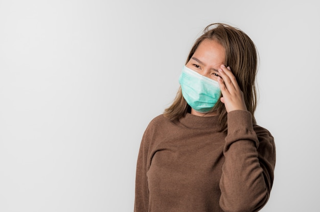 Aziatische jonge vrouw die een hygiënisch beschermend masker draagt. coronavirus covid-19 en luchtverontreiniging pm2.5 concept.