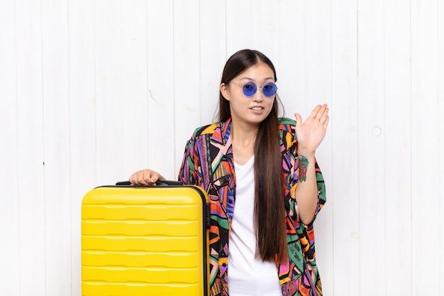 Aziatische jonge vrouw die er nerveus, angstig en bezorgd uitzag en zei dat het niet mijn schuld was, of ik deed het niet. vakantie concept