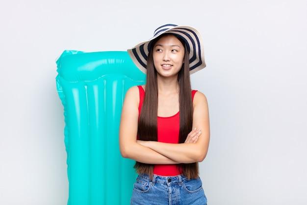 Aziatische jonge vrouw die zich gelukkig, trots en hoopvol voelt