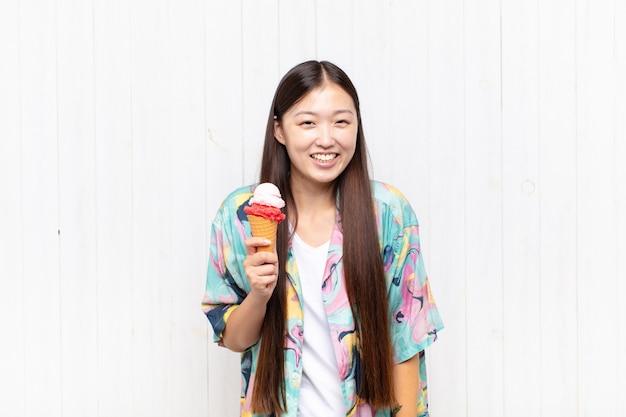 Aziatische jonge vrouw met een ijsje zomer concept