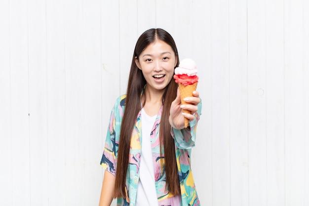 Aziatische jonge vrouw met een roomijs. zomer concept