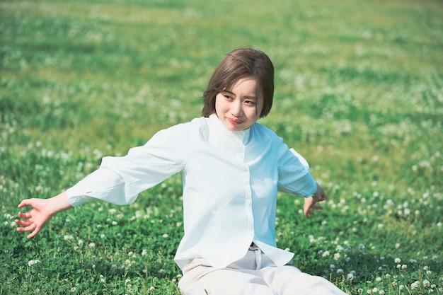 Aziatische jonge vrouw op de weide