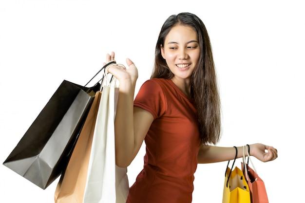 Aziatische jonge vrouwenholding het winkelen zakken op witte achtergrond. winkelen, verkoop concept