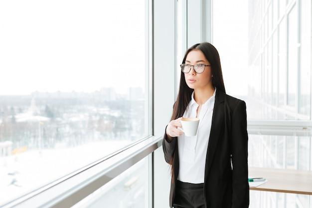 Aziatische jonge zakenvrouw