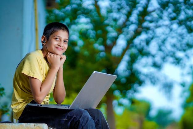 Aziatische jongen die laptopcomputer gebruikt voor online studie homeschooling tijdens thuisquarantaine. thuisonderwijs, online studie, thuisquarantaine, online leren, coronavirus of onderwijstechnologieconcept