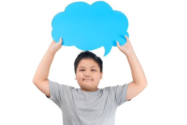 Aziatische jongen die lege blauwe toespraakbel geïsoleerd houdt