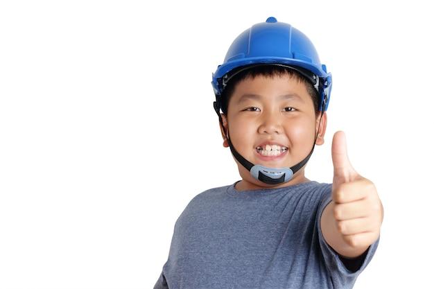 Aziatische jongen draagt blauwe veiligheidshoeden met een glimlach en duimen omhoog.