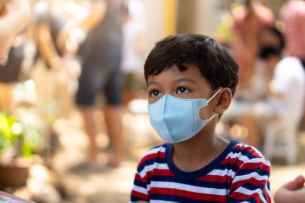 Aziatische jongen draagt gezichtsmaskers om het coronavirus 2019 te voorkomen