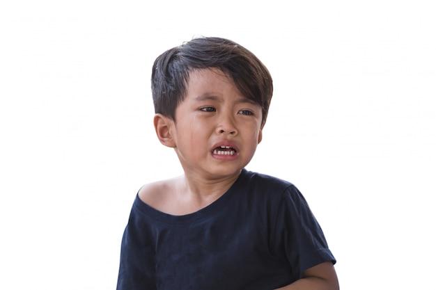 Aziatische jongen huilt op een witte achtergrond.
