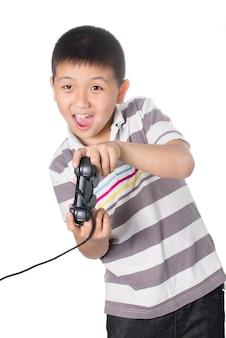 Aziatische jongen met een bedieningshendel videogames spelen