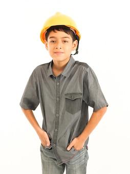 Aziatische jongen met ingenieur en veiligheid gele hoed op witte achtergrond