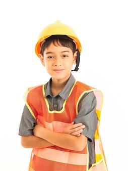 Aziatische jongen met ingenieur en veiligheid gele hoed op witte achtergrond Premium Foto