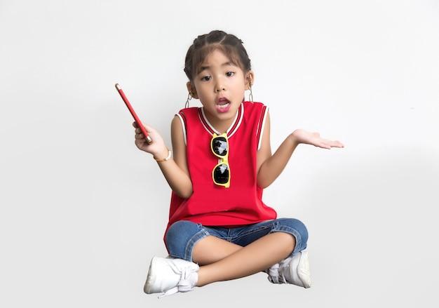 Aziatische jongen met sport shirt en zonnebril mode springen actie