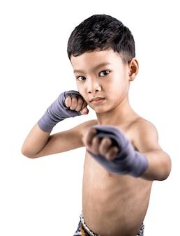 Aziatische jongen muay thai boksen in studio op witte achtergrond.
