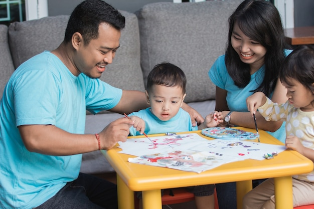 Aziatische jongen schilderen en tekenen