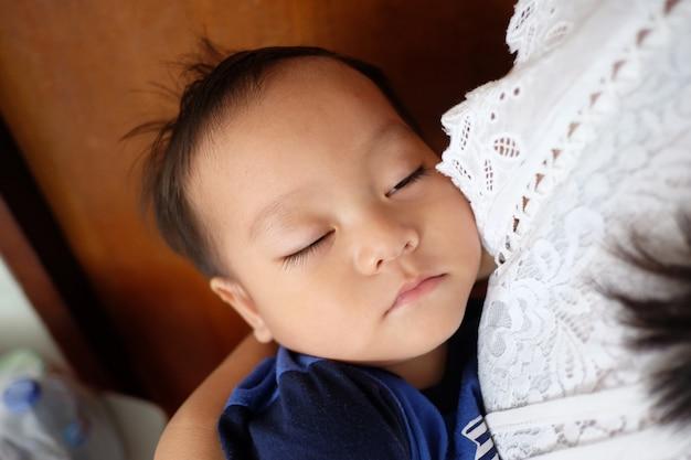 Aziatische jongen slaapt.