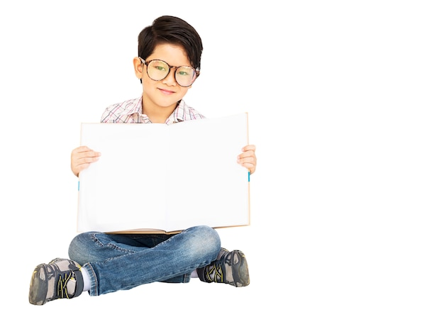 Aziatische jongen toont gelukkig leeg boek