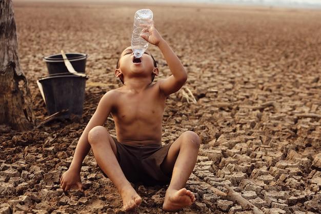 Aziatische jongens hebben momenteel geen schoon drinkwater.