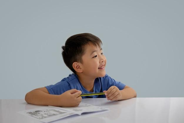 Aziatische jongens schrijven wat aan het boek