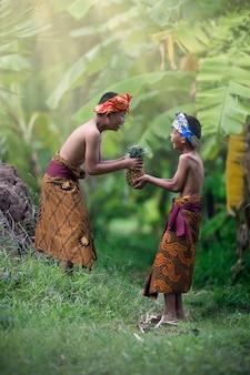 Aziatische jongenstieners die in openlucht romaanse vriendschapsliefde lachen in de zomer. blij gezicht en prachtige natuur.