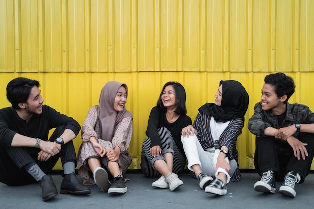 Aziatische jongeren chatten met vrienden