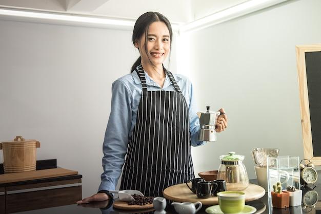 Aziatische jongeren, koffiedemonstraties en aan koffie gerelateerde onderwerpen.